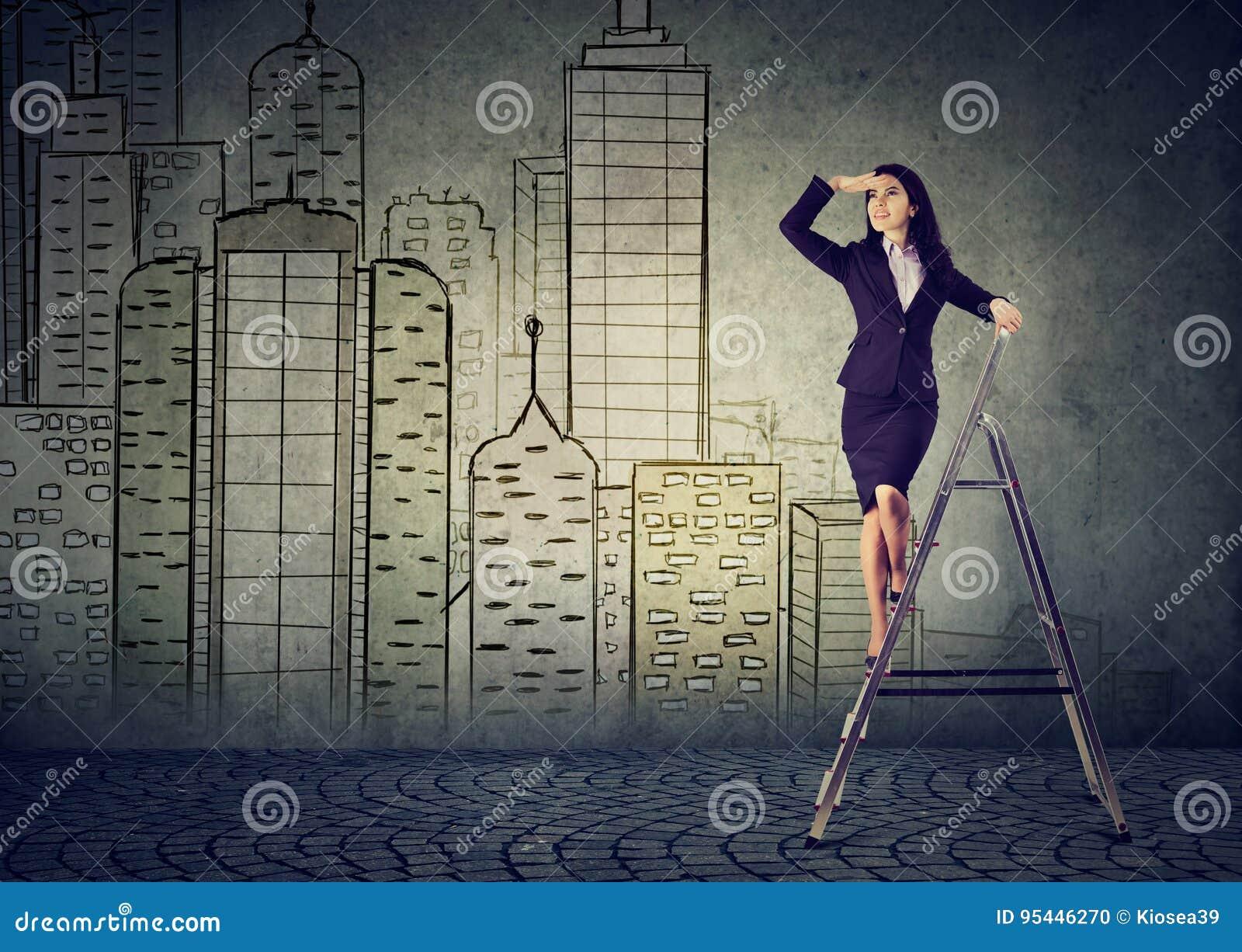 Bedrijfsvrouw op een ladder die ver weg het voorspellen onroerende goederenmarkt kijken