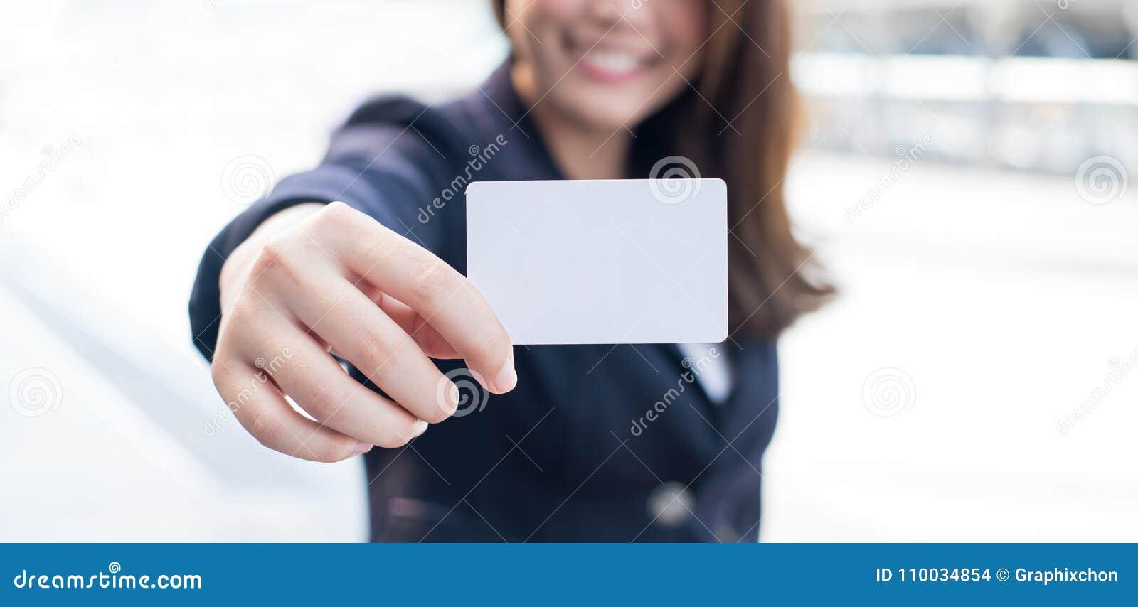 Bedrijfsvrouwen die lege witte kaart houden