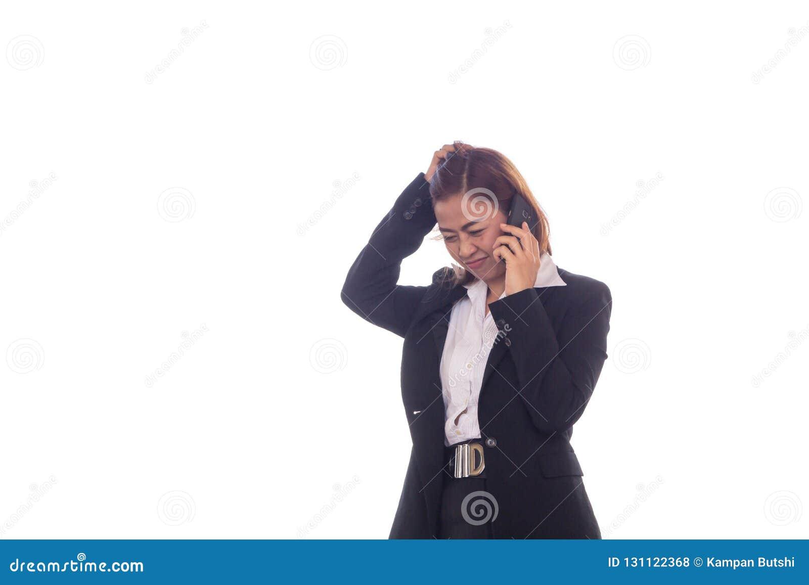 Bedrijfsvrouwenbespreking over het het werkwerk met mobiele telefoons en zij is een kleine tijd