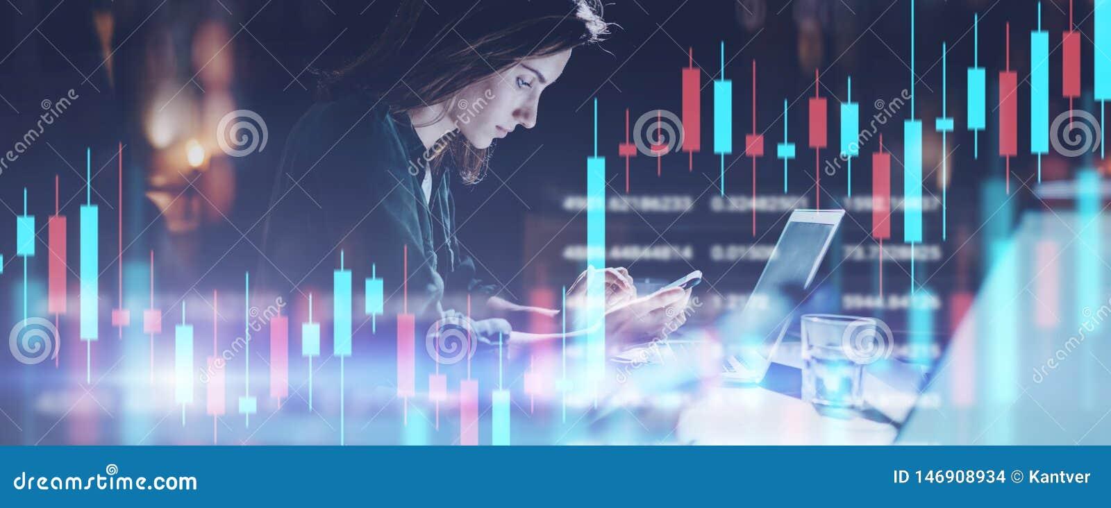 Bedrijfsvrouwenzitting op nachtkantoor vooraan laptop computer en het gebruiken van haar mobiele telefoon Rode en groene kandelaa