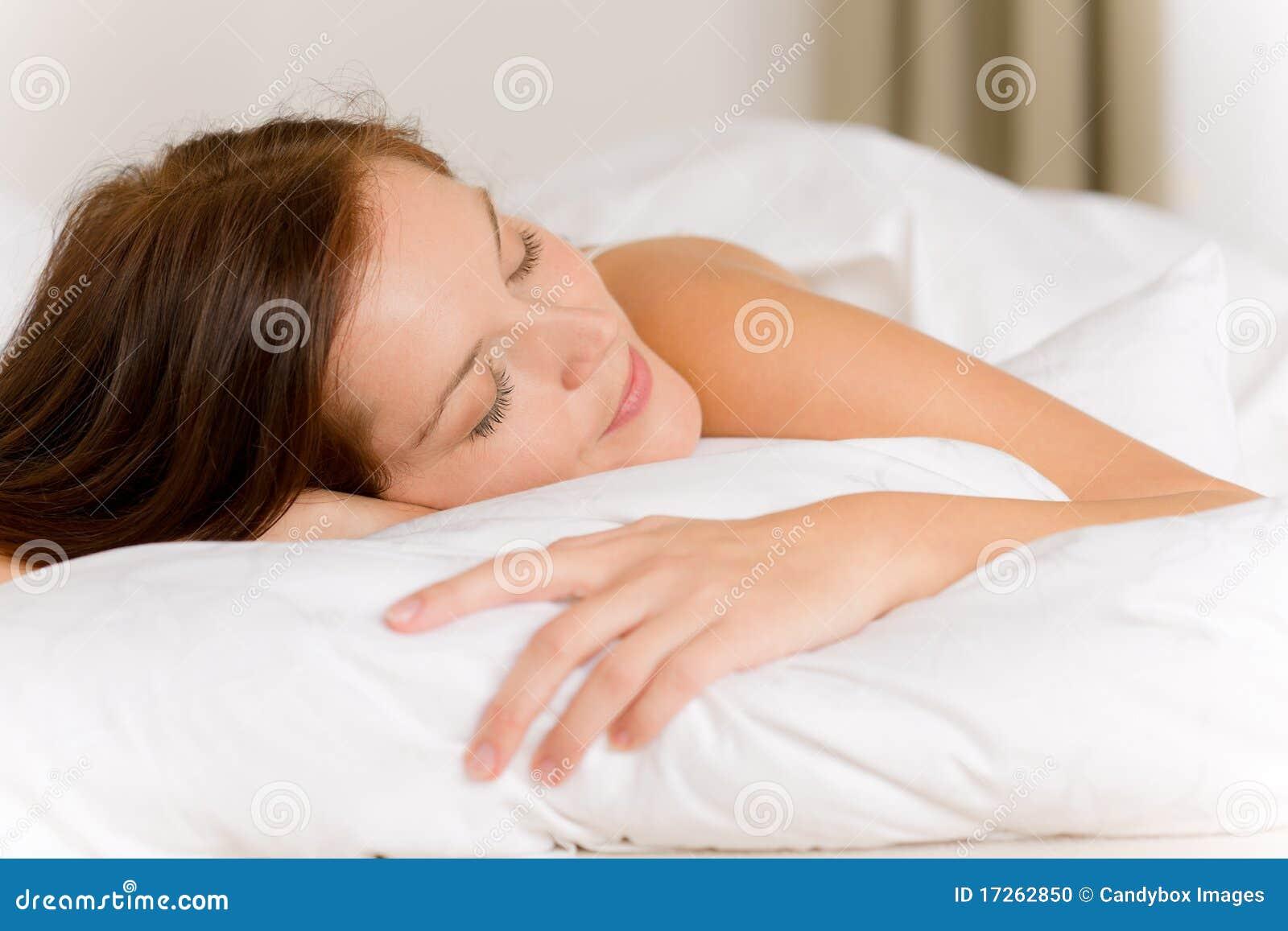 Фото девушка спит на руках
