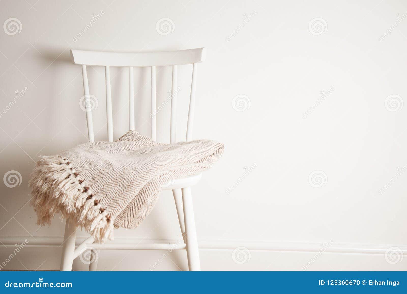 Bedspread lub koc na białym rocznika krześle, minimalistic styl housekeeping kosmos kopii