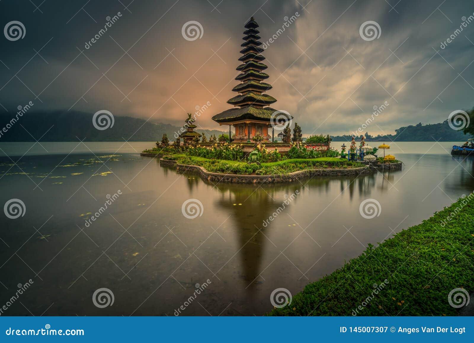 Bedugul, Jeziorny Beratan, Tabanan, Bali Indonezja, Marzec, - 21, 2019: Ulun Danau Beratan świątynia na chmurnym i dżdżystym
