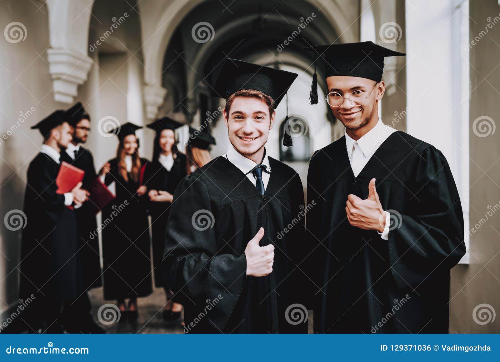 Beduimelt omhoog klasgenoten kerels mantel universiteit
