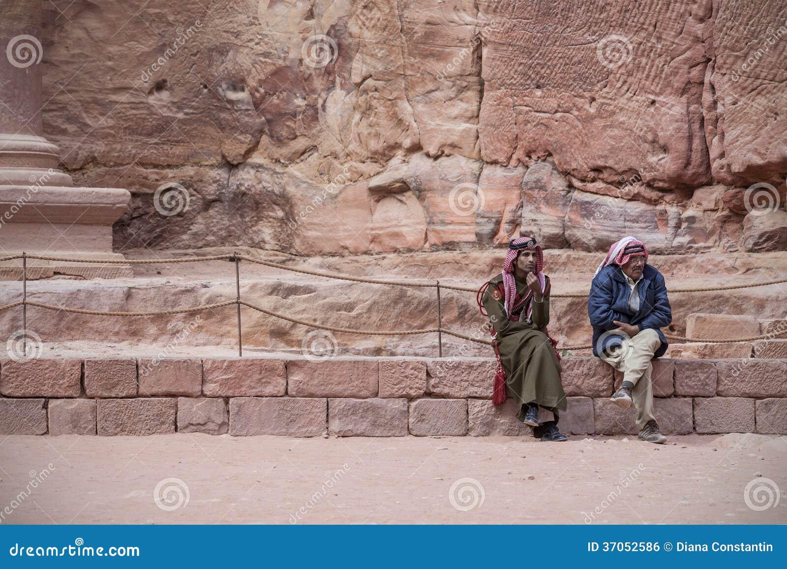Beduinen traditionsgemäß gekleidet