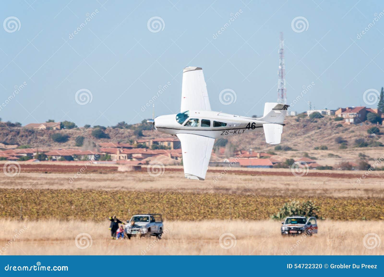Beechcraft F33A stijgt in Presidenten Trophy Air Race op
