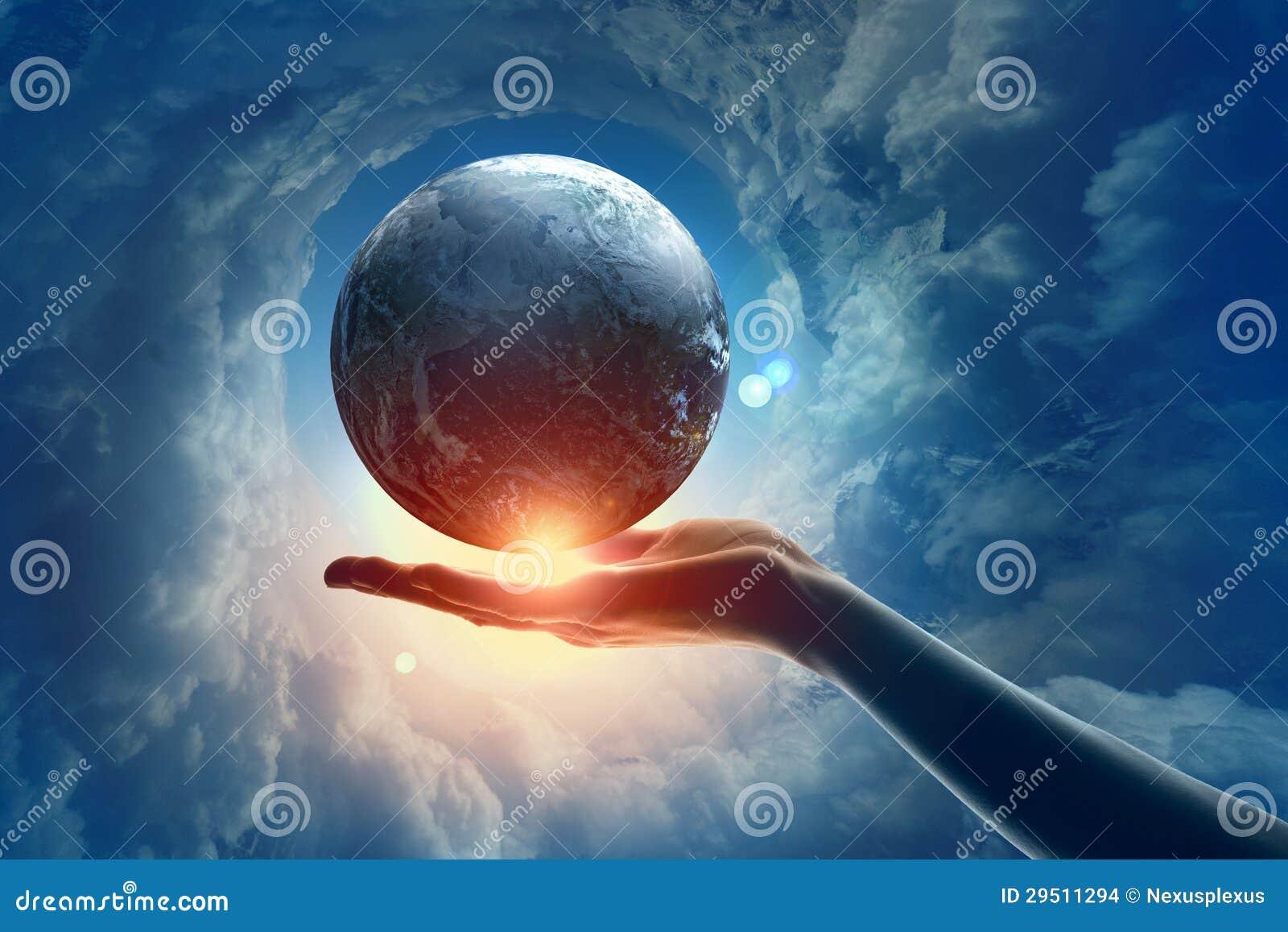 Beeld van aardeplaneet op hand