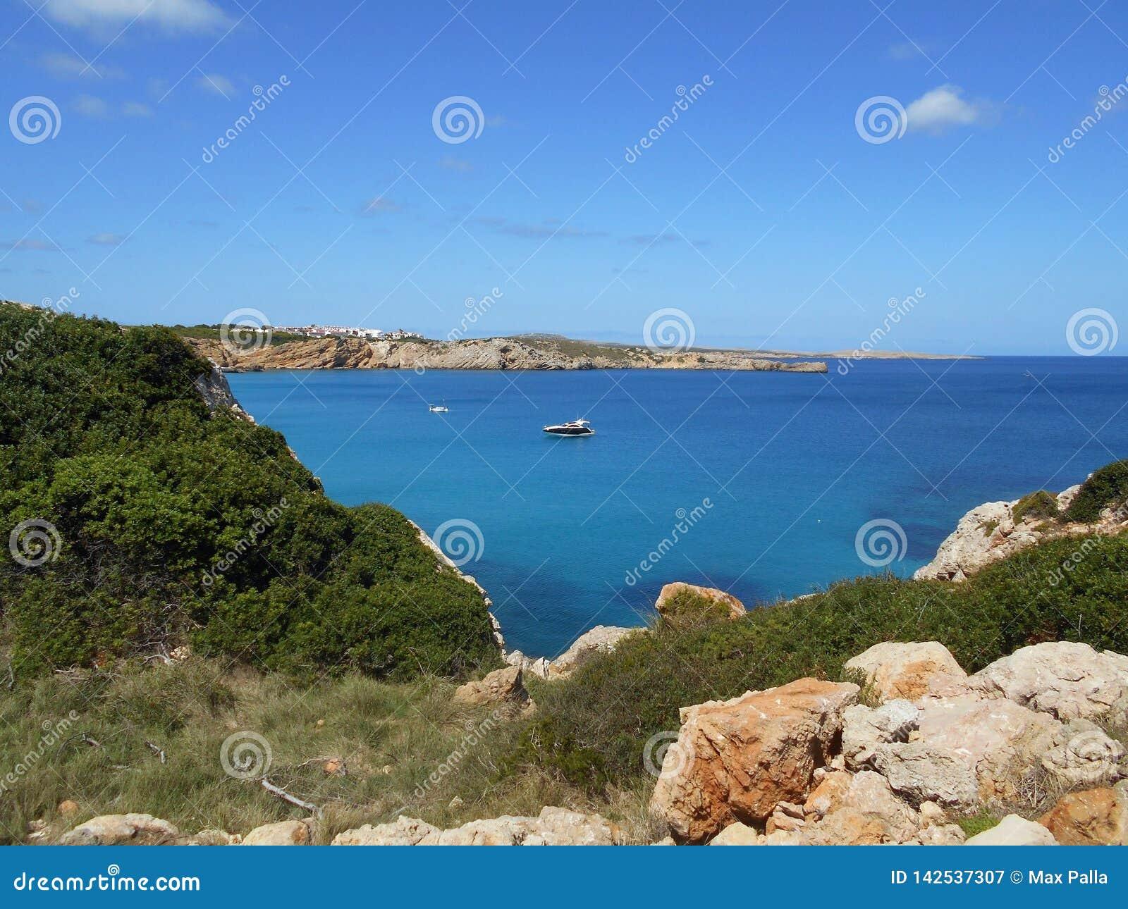Beeld van de Kust van het eiland van Baeutiful Menorca in Spanje Een natuurlijk paradijs