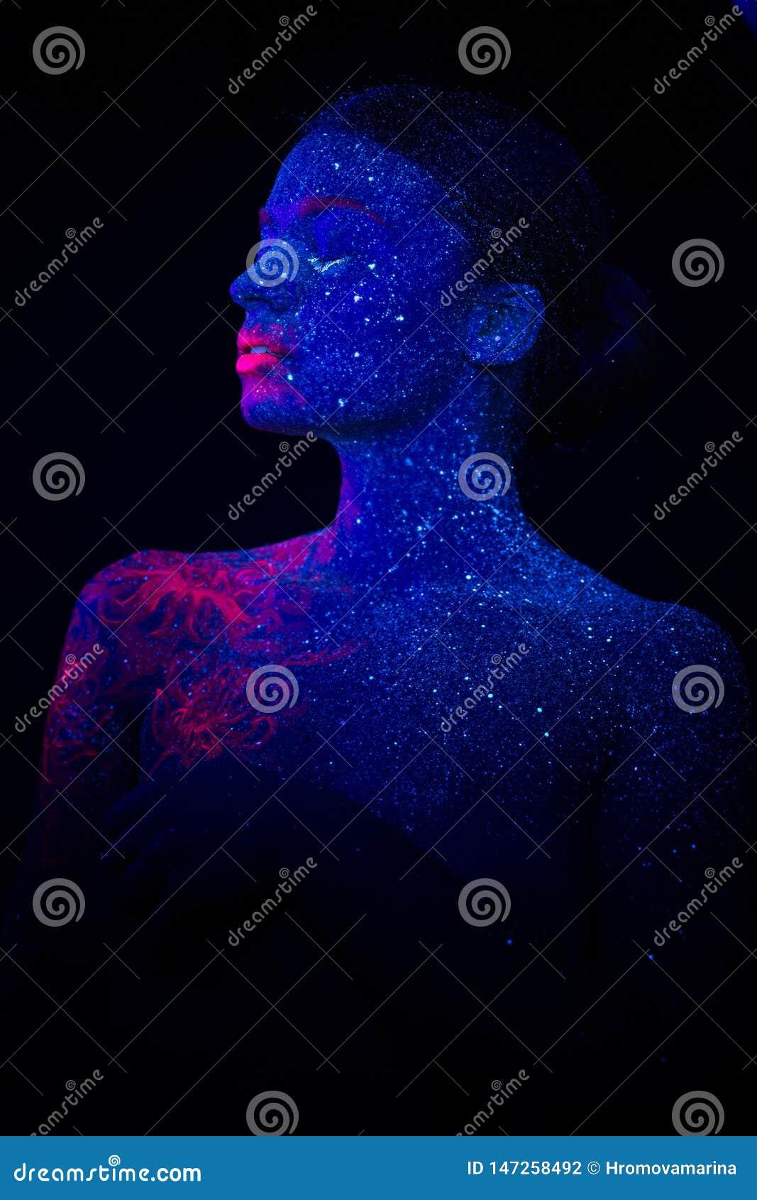 Beeld van een roze kwal op de schouder en het gezicht van de mooie vrouw met gescheiden lippen ultraviolet lichaamsart.
