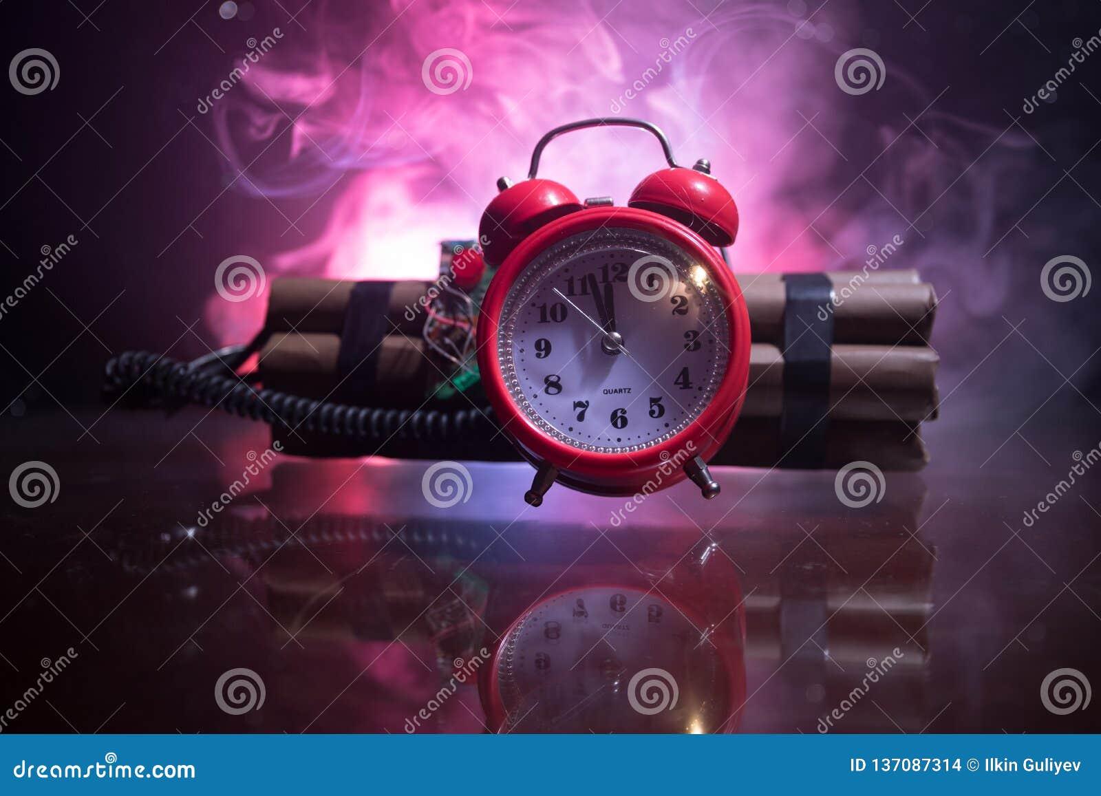 Beeld van een tijdbom tegen donkere achtergrond Tijdopnemer het tellen neer aan ontploffing in schacht het lichte glanzen door di