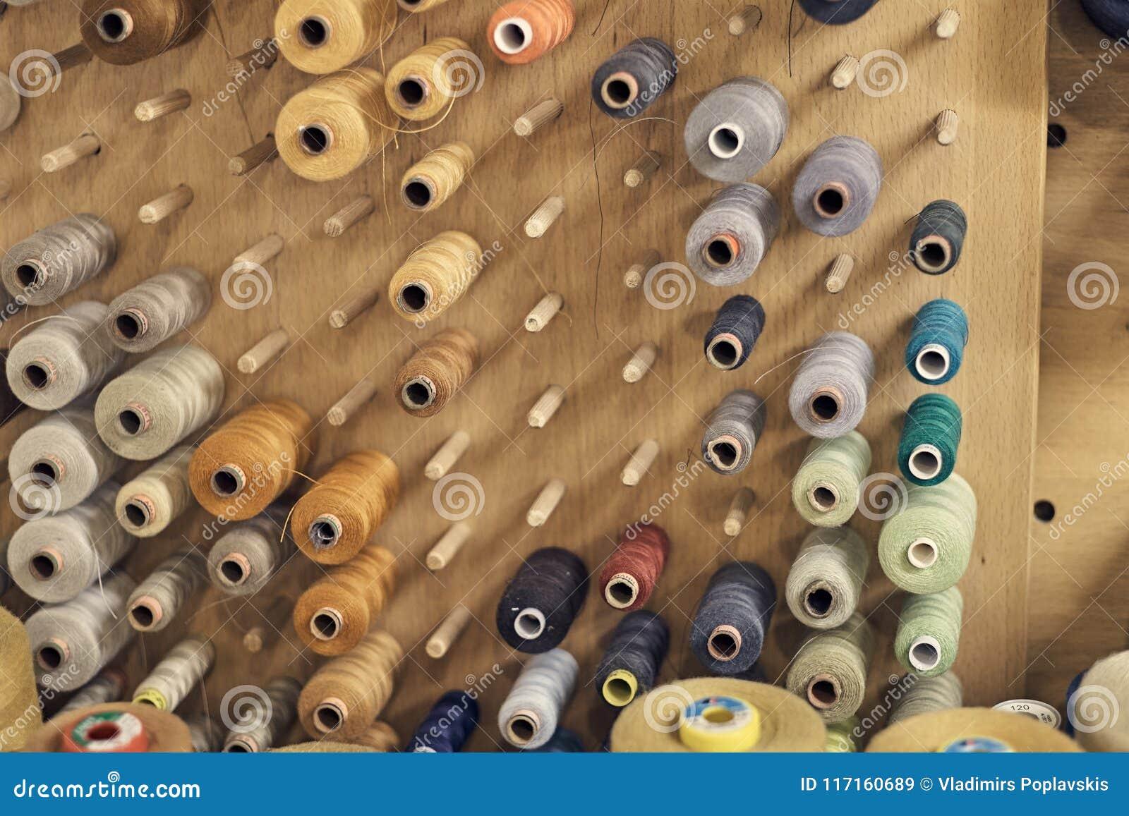 Beeld van heel wat rollen met multi-colored draden