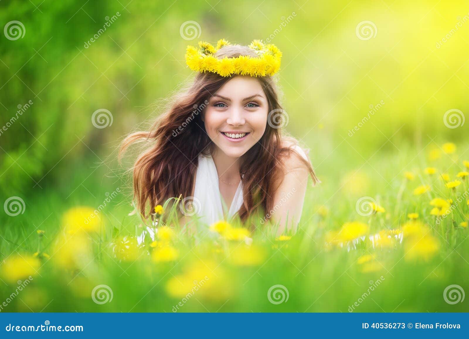Beeld van het mooie vrouw liggen op paardebloemengebied gelukkige che stock foto beeld 40536273 - Beeld het meisje van ...