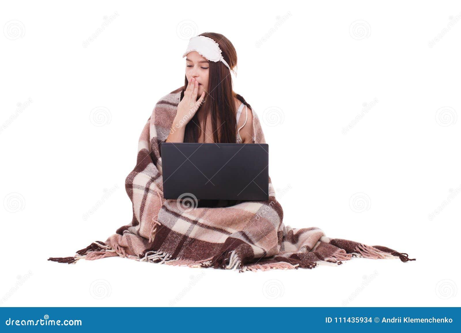 Beeld van jong meisje met slaapmasker op haar hoofd Klaar aan slaapmeisje met laptop