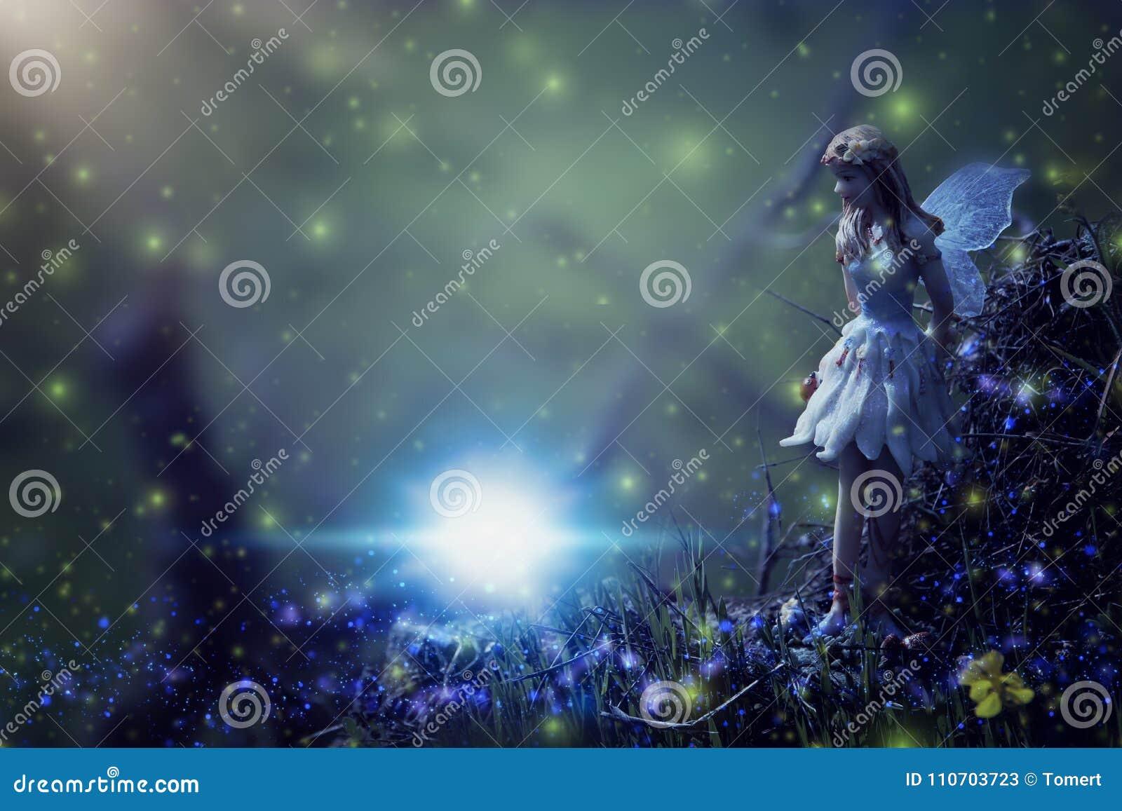 Beeld van magisch weinig fee in het nachtbos