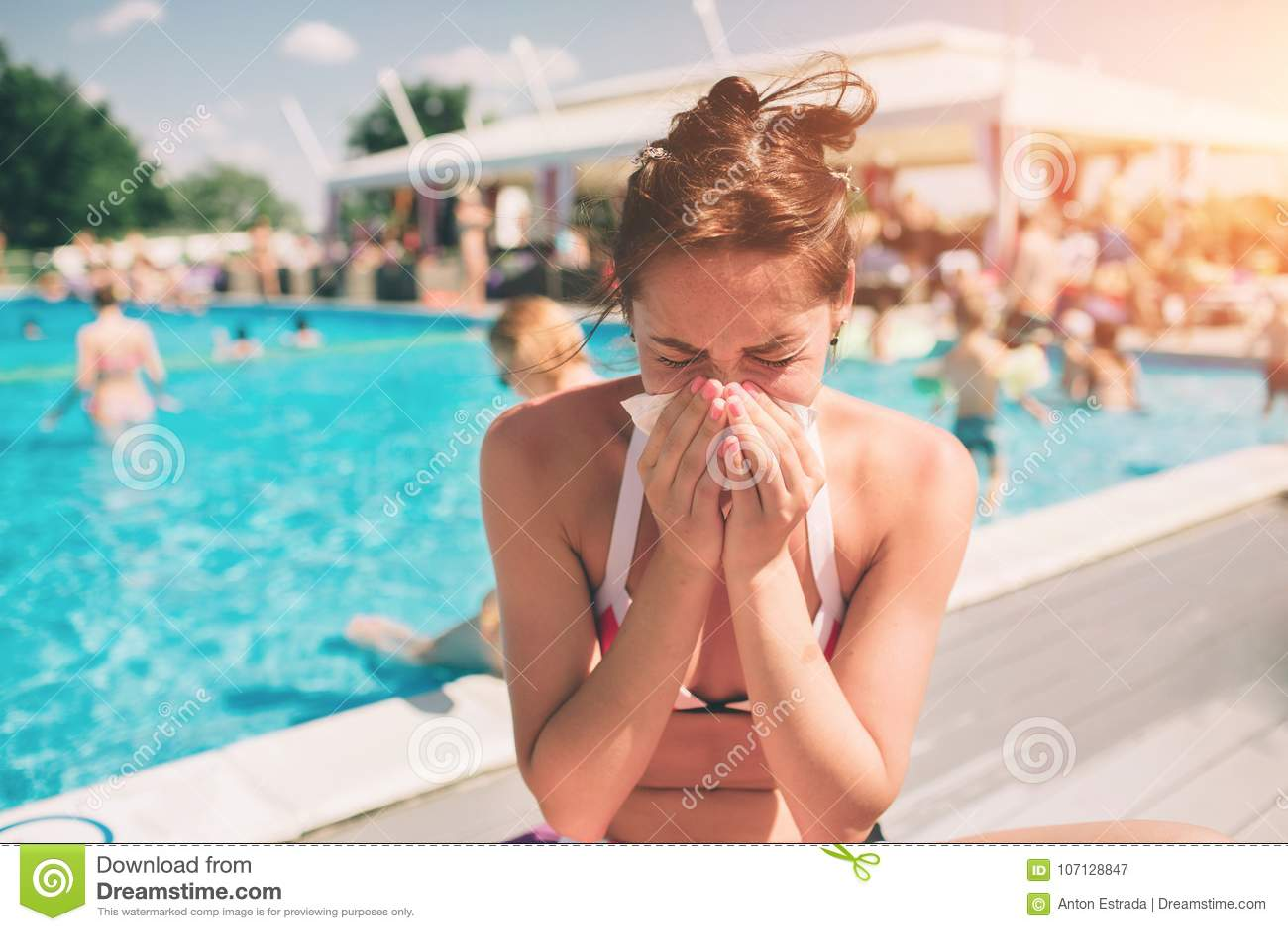 Beeld van Mooie vrouwen in bikini met zakdoek Het zieke vrouwelijke model heeft lopende neus Het meisje maakt een behandeling voo