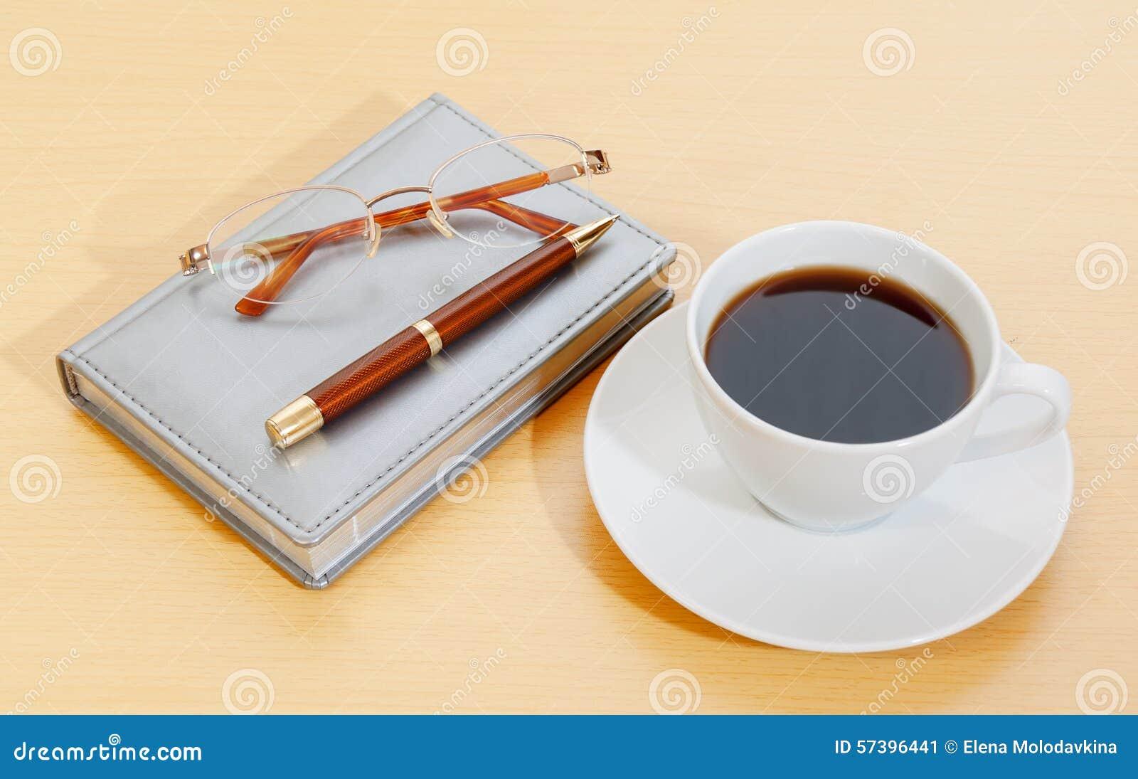 Beeld van ontwerper, de pen van de koffiekop en glazen