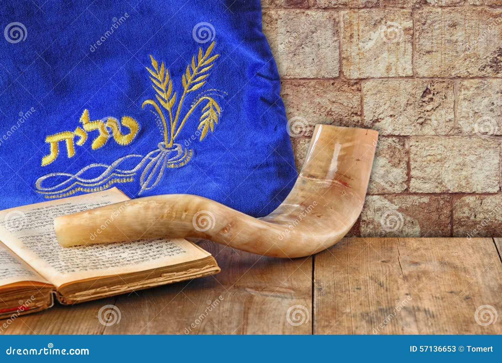 Beeld van shofar die (hoorn) en gebedgeval met woord talit (gebed) op het wordt geschreven Zaal voor tekst rosh hashanah (Joodse