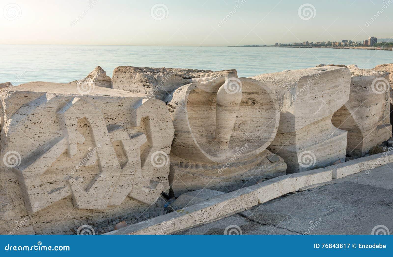 Beeldhouwwerk op het zuiden van San Benedetto del Tronto - Italië