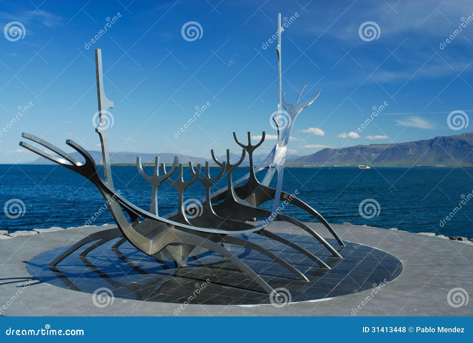 Beeldhouwwerk van een boot van Viking in Reykjavik, IJsland