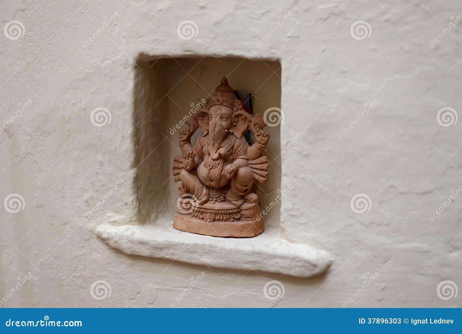 Beeldhouwwerk van een Hindoese god
