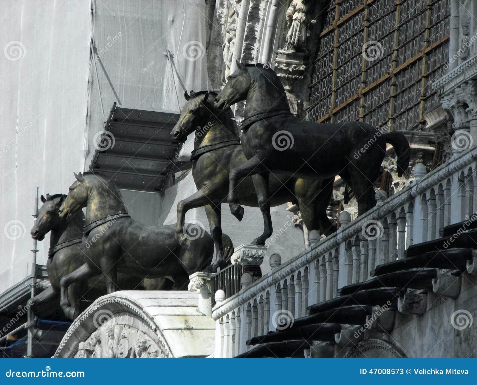 Beeldhouwwerk Van Vier Paarden Op De Kathedraal In San Marco Stock ...