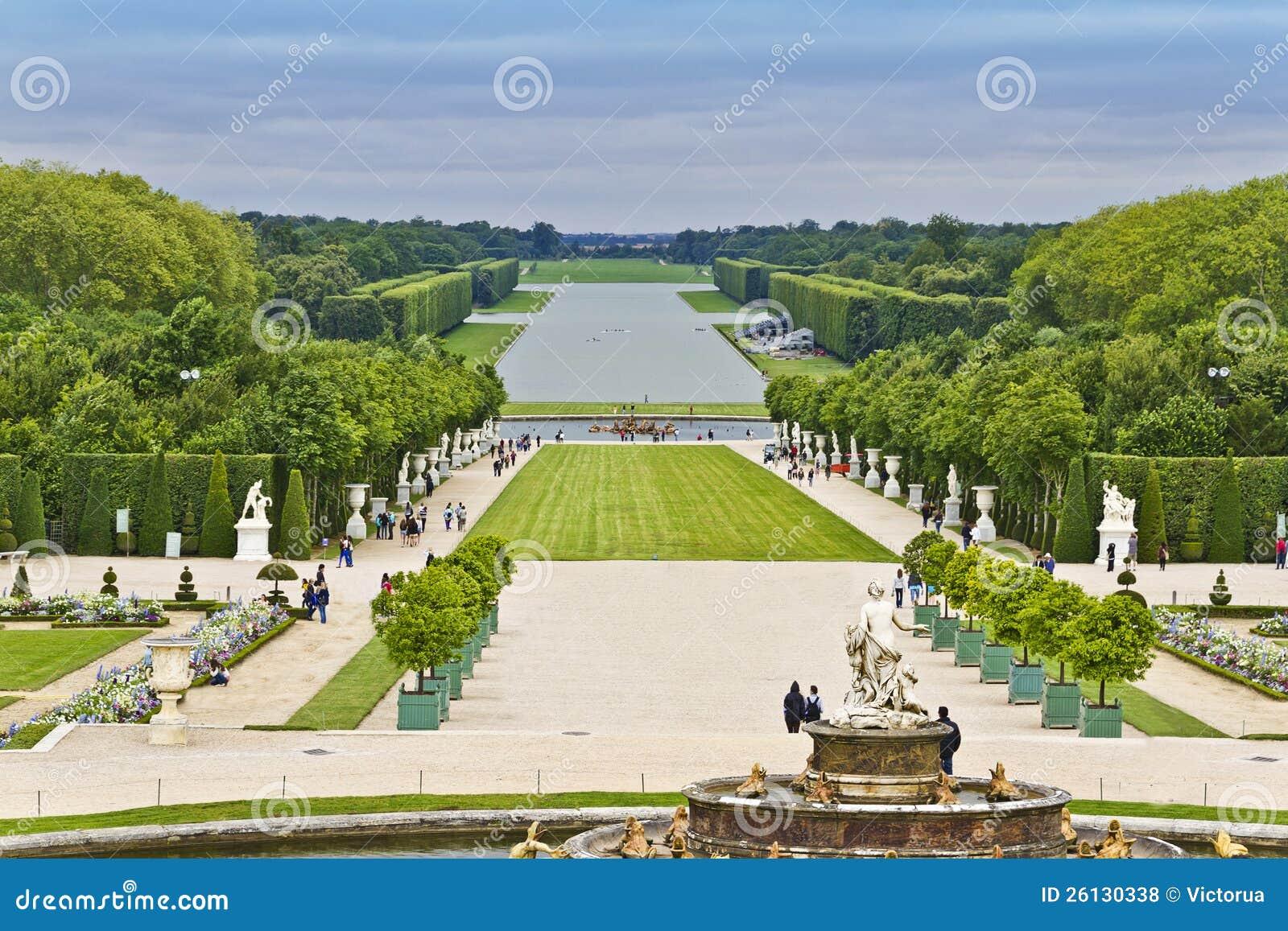 Paleis Van Versailles Tuin.Beeldhouwwerken In De Tuin Van Het Paleis Van Versailles Stock Foto