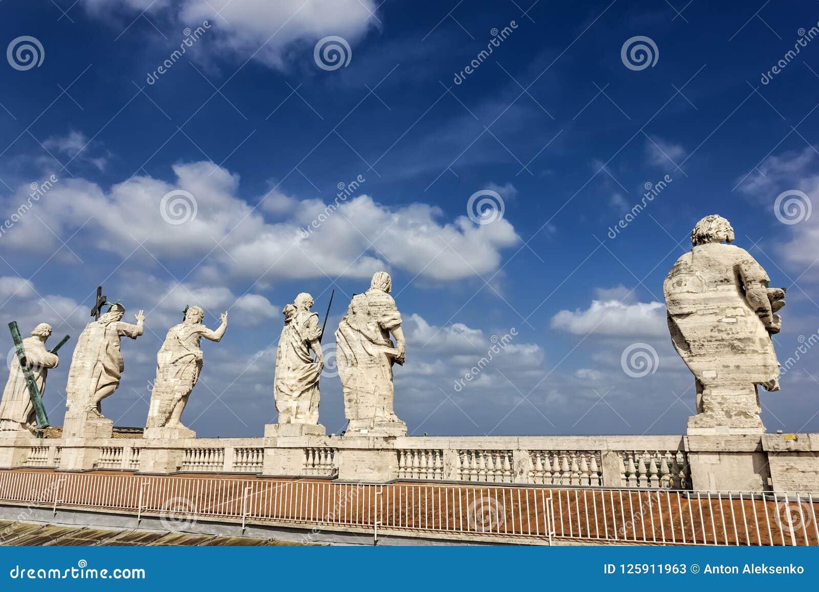 Beeldhouwwerken op de bovenkant van Pauselijke Basiliek van St Peter in het Vatikaan