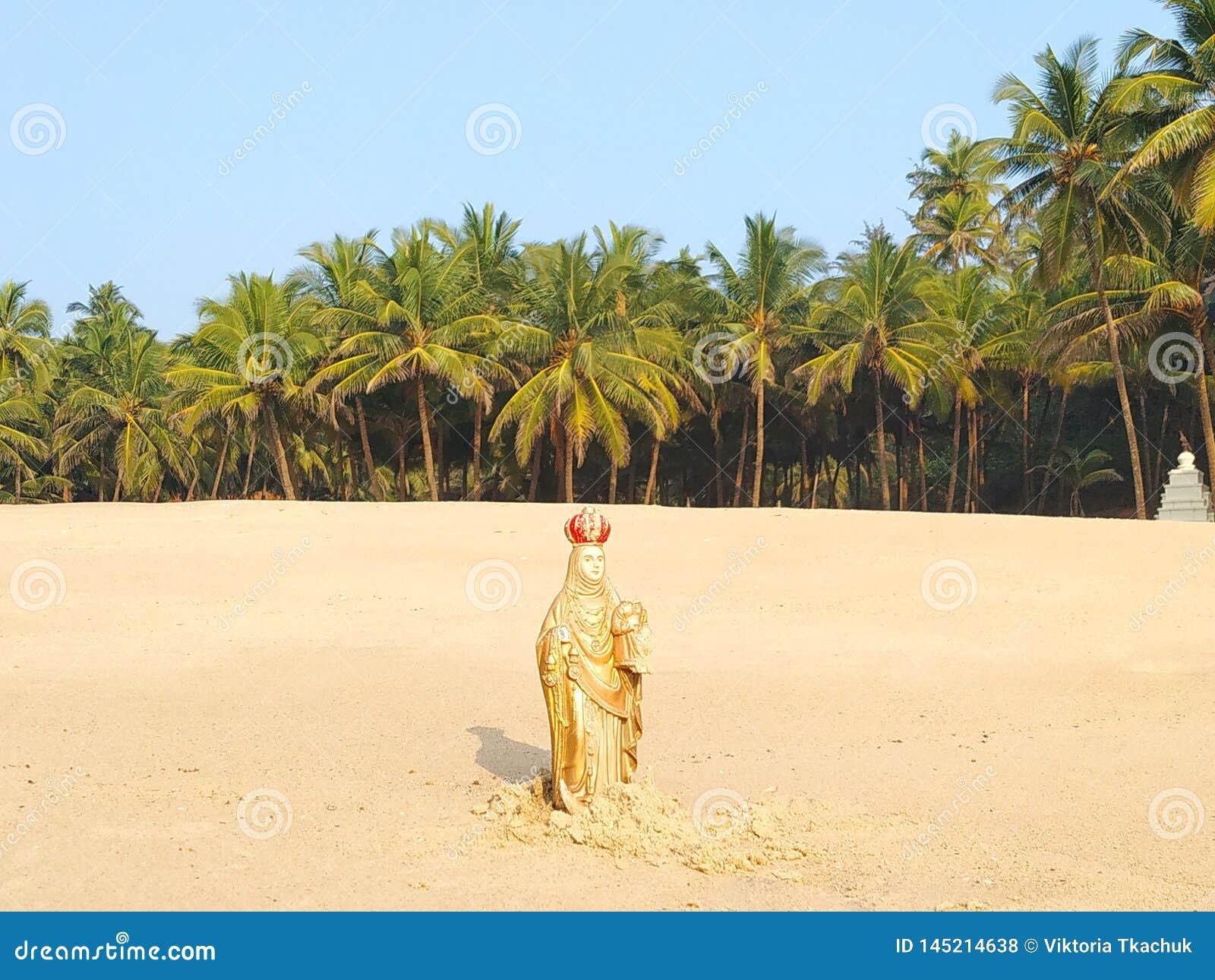 Beeldje van Maagdelijke Mary op het strand van Maharashtra