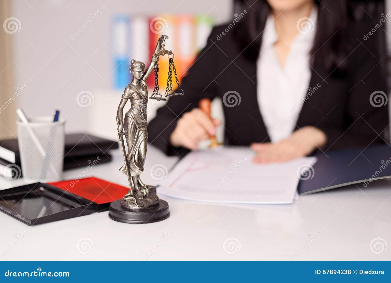 Beeldje van Themis - de godin van rechtvaardigheid op het bureau van de advocaat