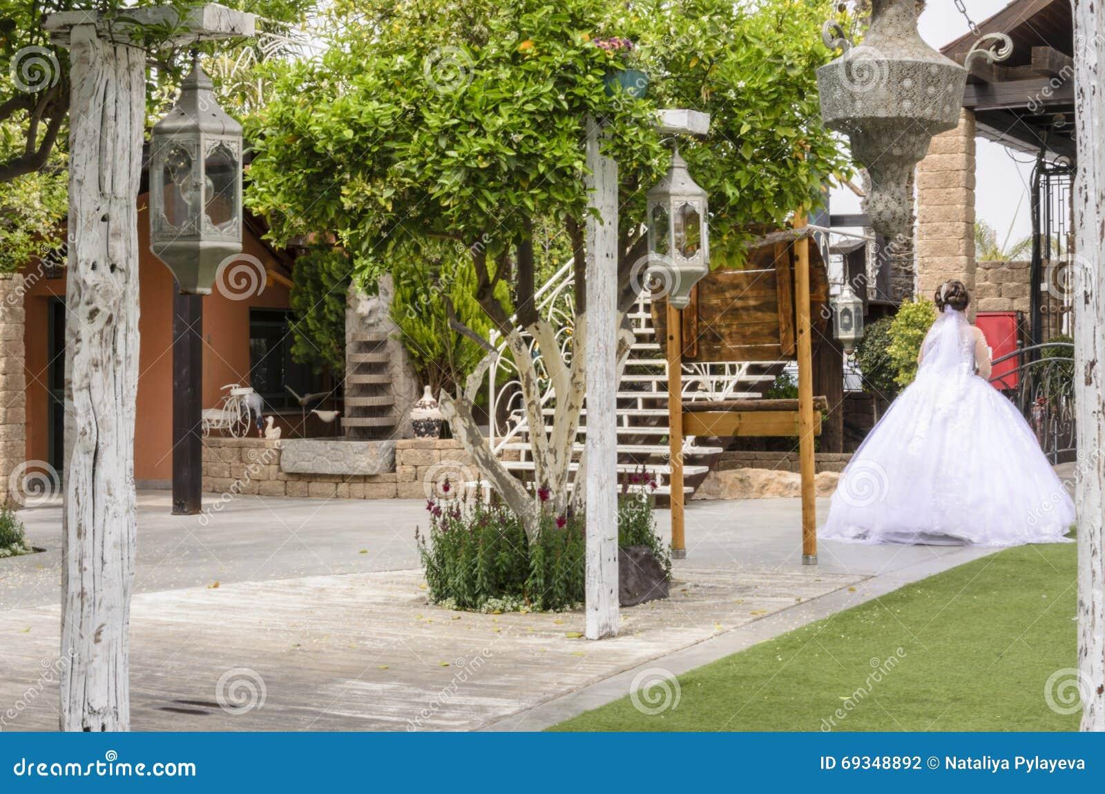 Beersheba israël 24 maart bruid in een witte kleding voor een gang
