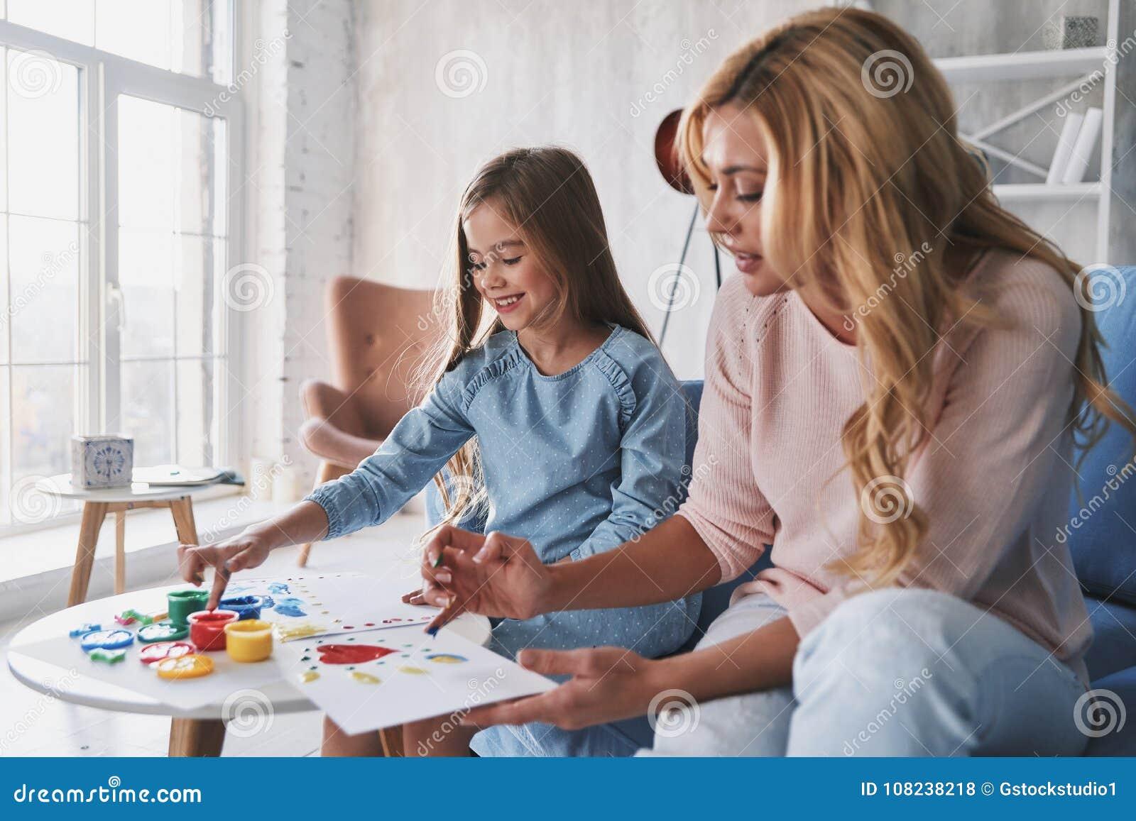 So Begabt! Mutter- Und Tochtermalerei Mit Den Fingern Und