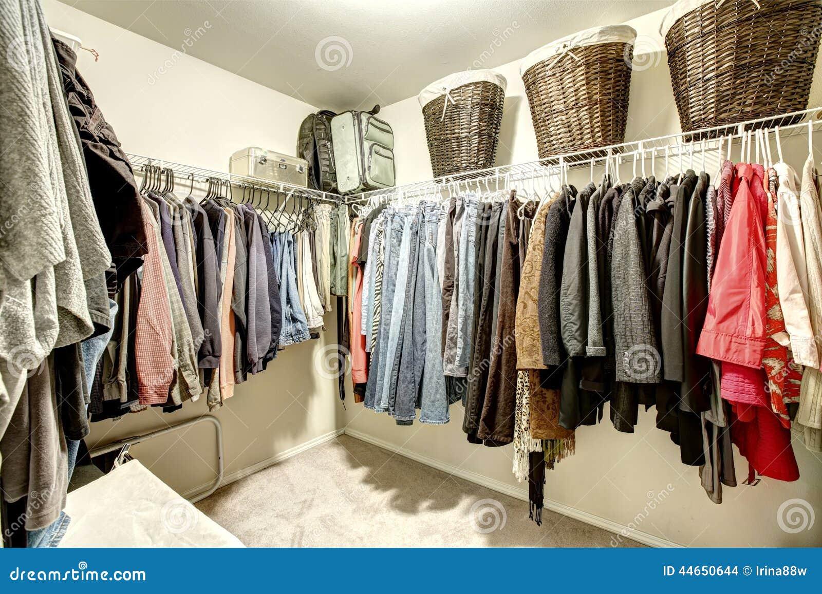 begehbarer schrank mit kleidung stockfoto bild 44650644. Black Bedroom Furniture Sets. Home Design Ideas