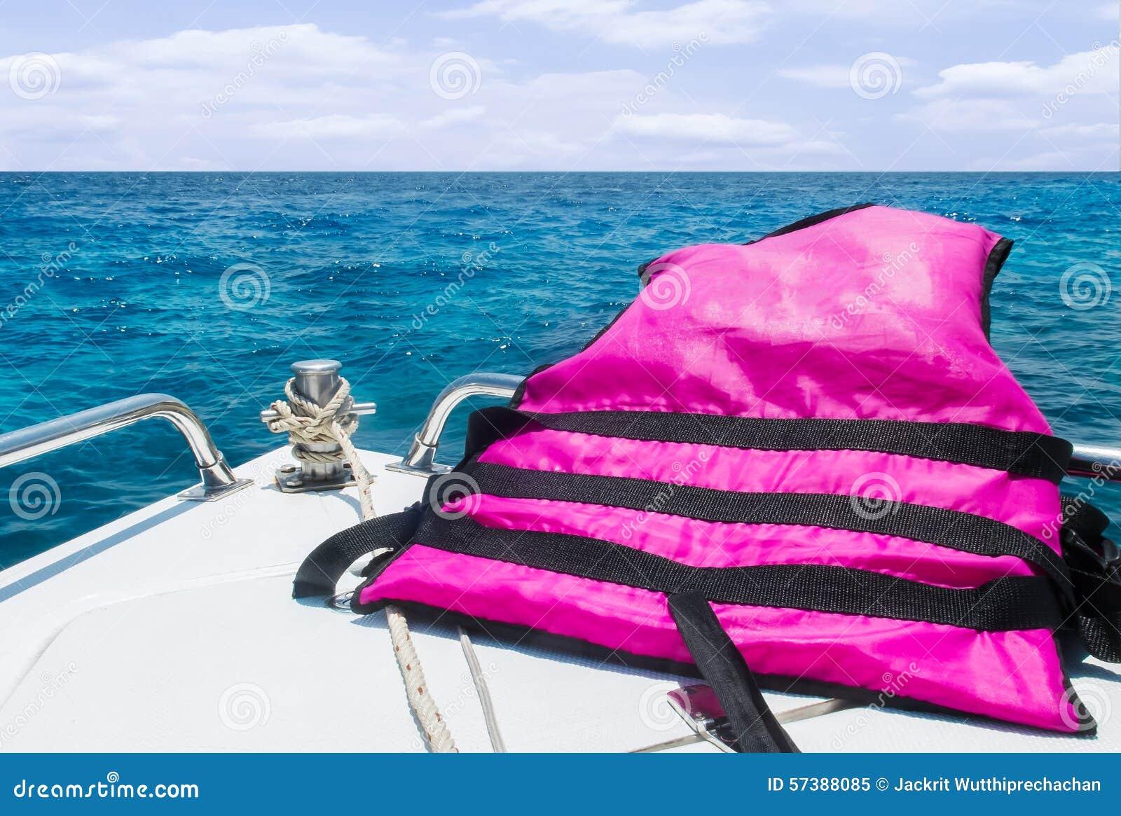 Beginreis aan het Overzees met Veiligheidsconcept, Mening van Snelheidsboot met Reddingsvest die zich met Zeegezicht bewegen en H