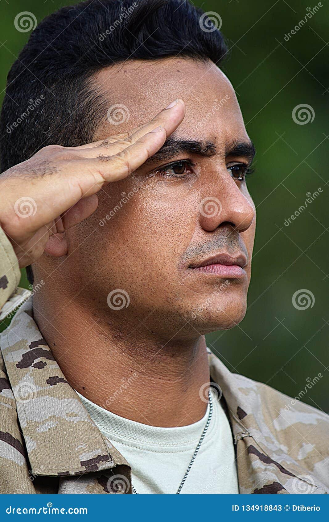 Begrüßender kolumbianischer männlicher Soldat
