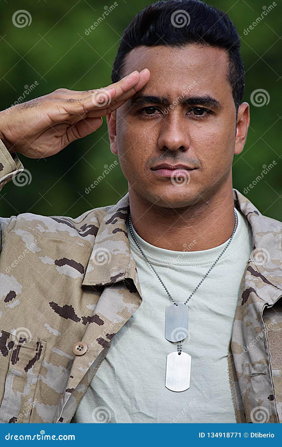 Begrüßender schöner männlicher Soldat