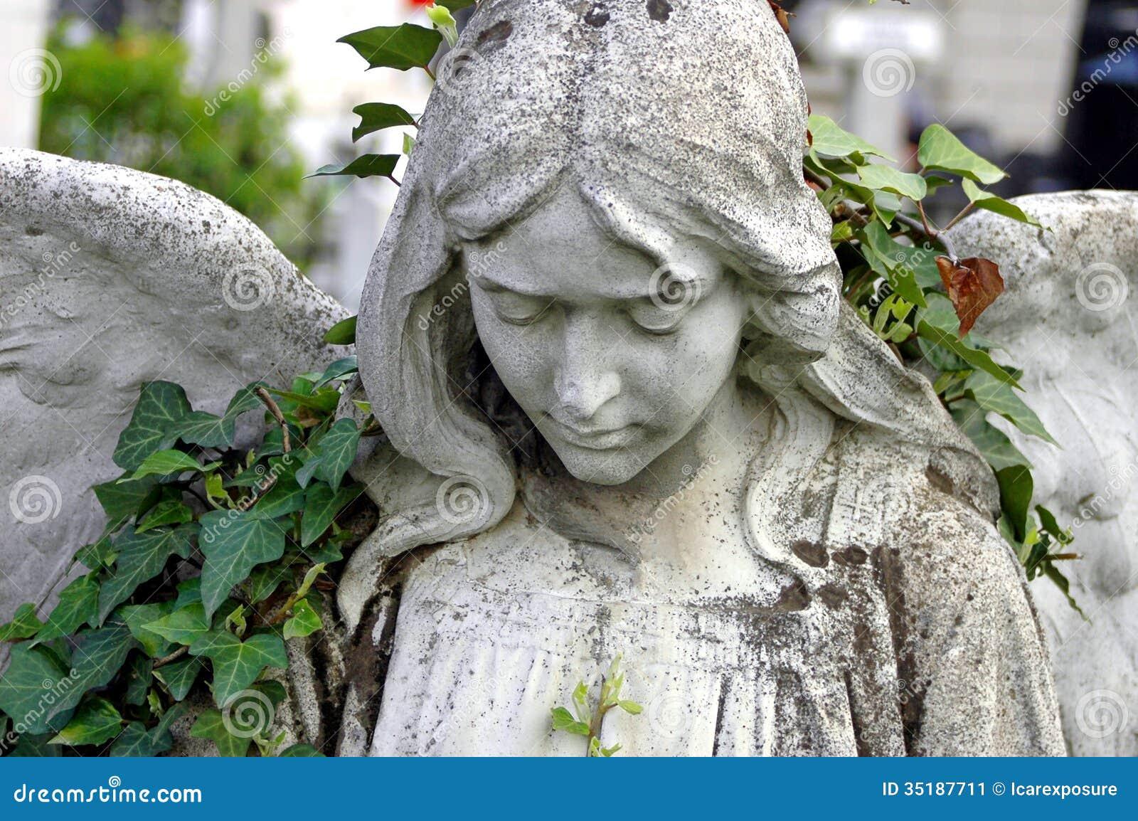 Begraafplaatsstandbeeld van een engel