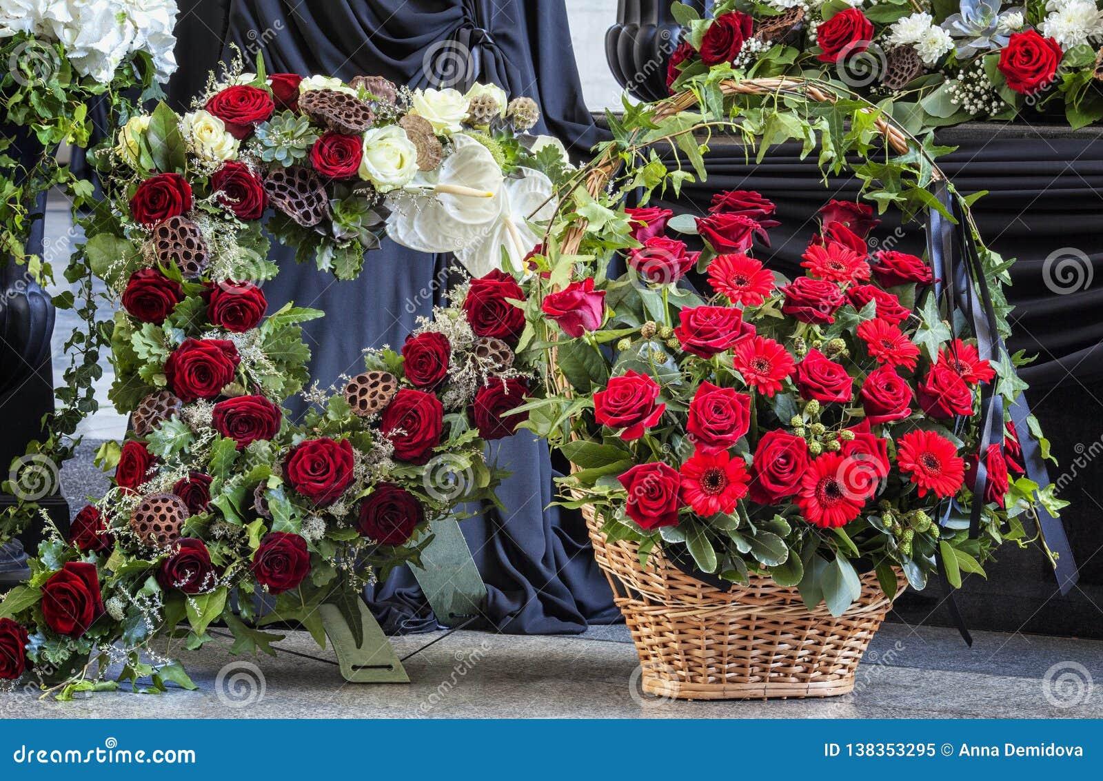 Begrafenis, met bloemstukkendoodskist die prachtig wordt verfraaid