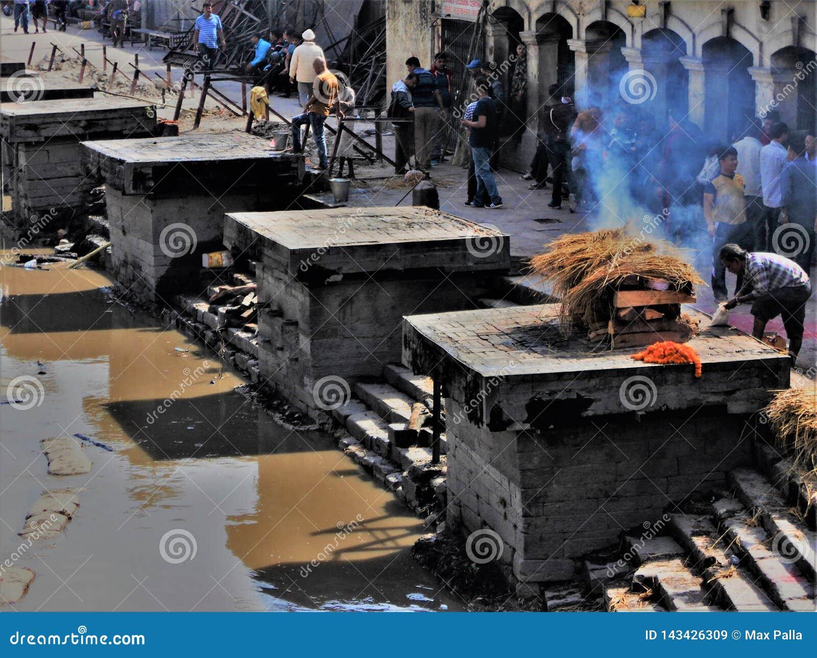Begrafenisceremonie Lingams in de Pashupatinath-tempel in Katmandu
