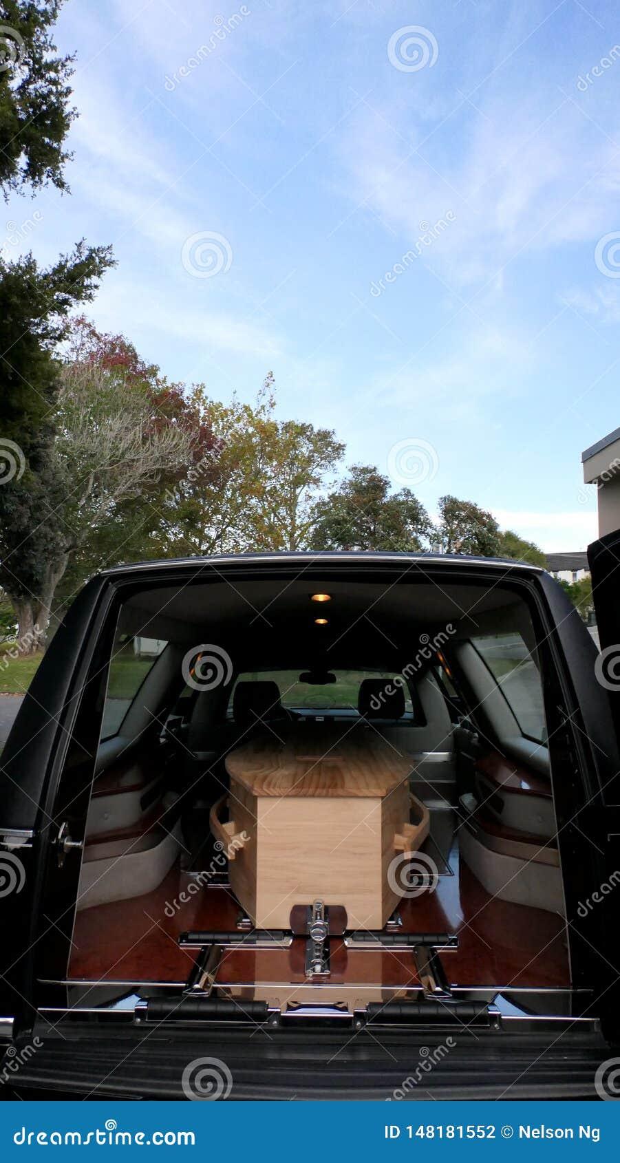 Begravnings- casket i en likvagn eller ett kapell eller jordf?stning p? kyrkog?rden