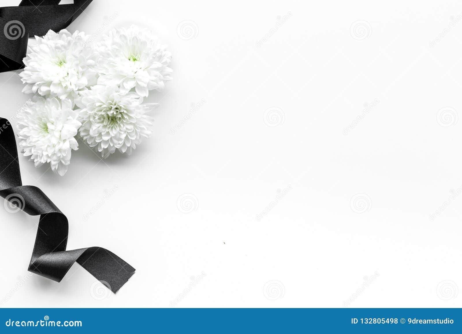 Begravnings- symboler Vit blomma nära svart band på vitt utrymme för bästa sikt för bakgrund för text