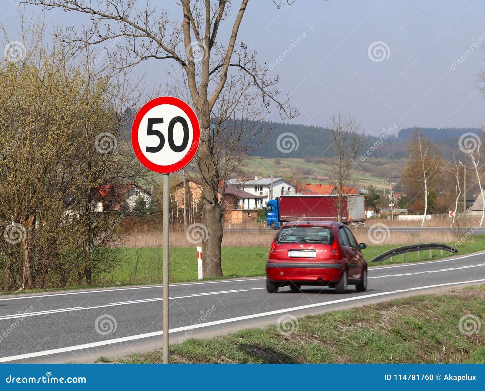 Begrenzung der Geschwindigkeit des Verkehrs zu 50 km/h Verkehrsschild auf der Autobahn Sicherheit des Verkehrs Bewegungstransport