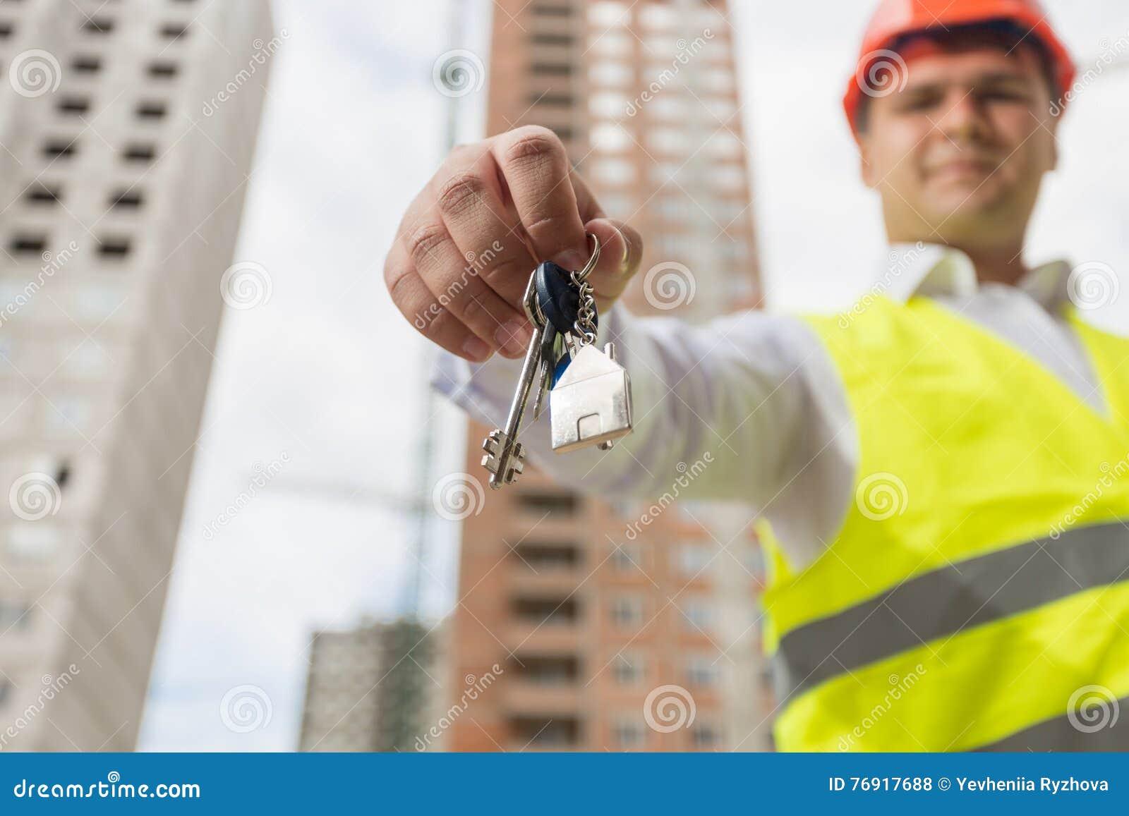 Begrepp av det nya hemmet Tekniker på tangent för visning för byggnadsplats från