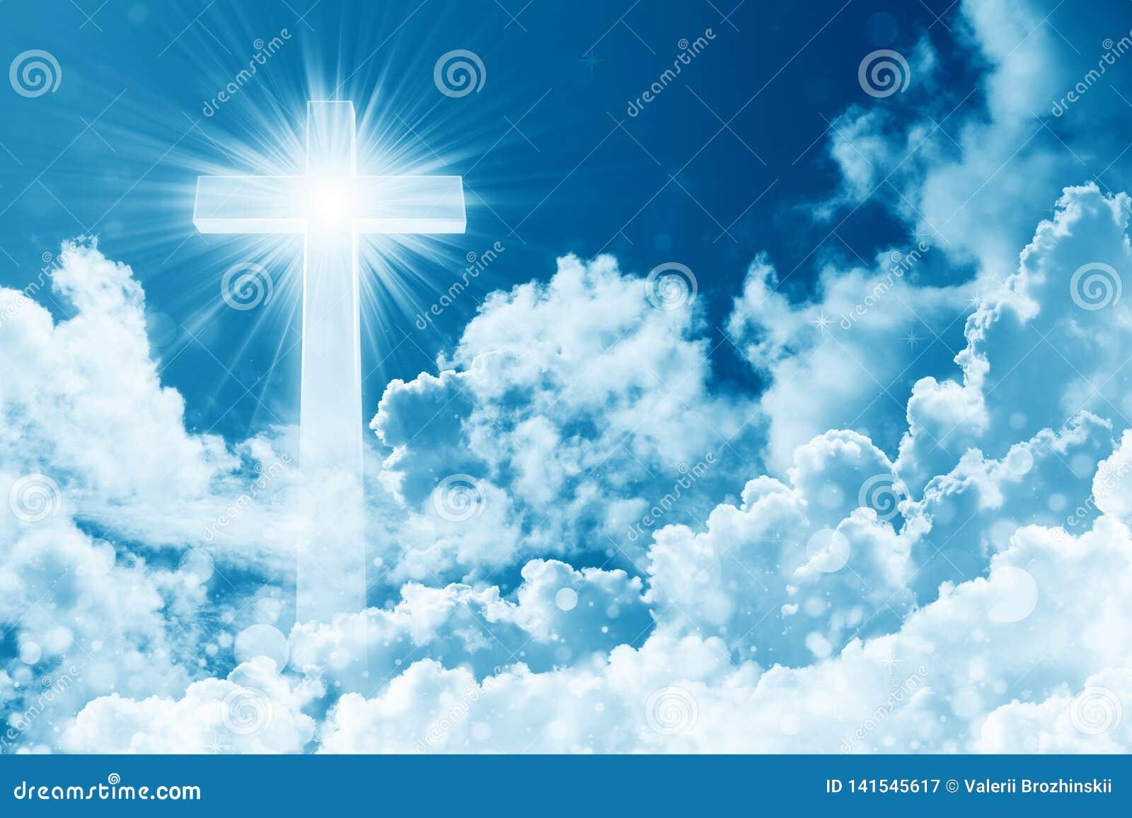 Begrepp av det skinande korset för kristen religion på bakgrunden av molnig himmel Himmel med korset och det härliga molnet Gudom