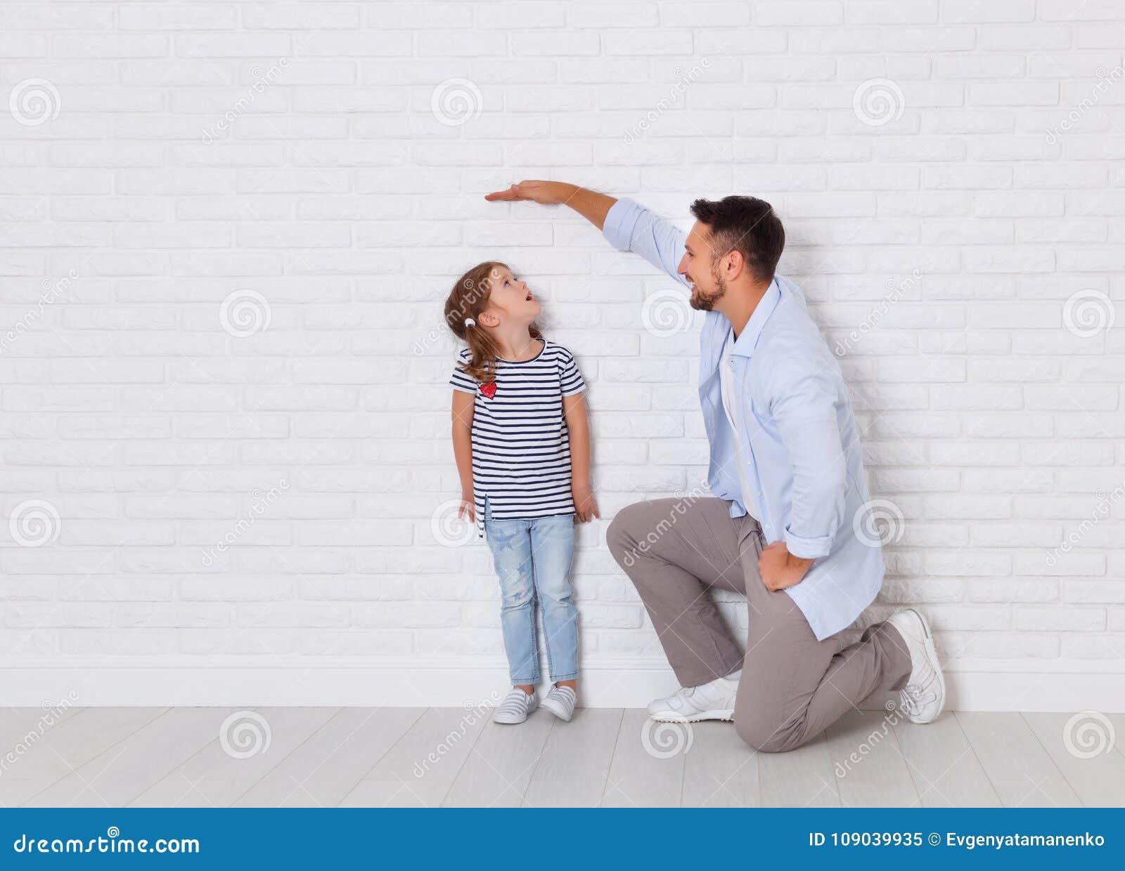 Begrepp av familjen fadern mäter tillväxt av barnet till da