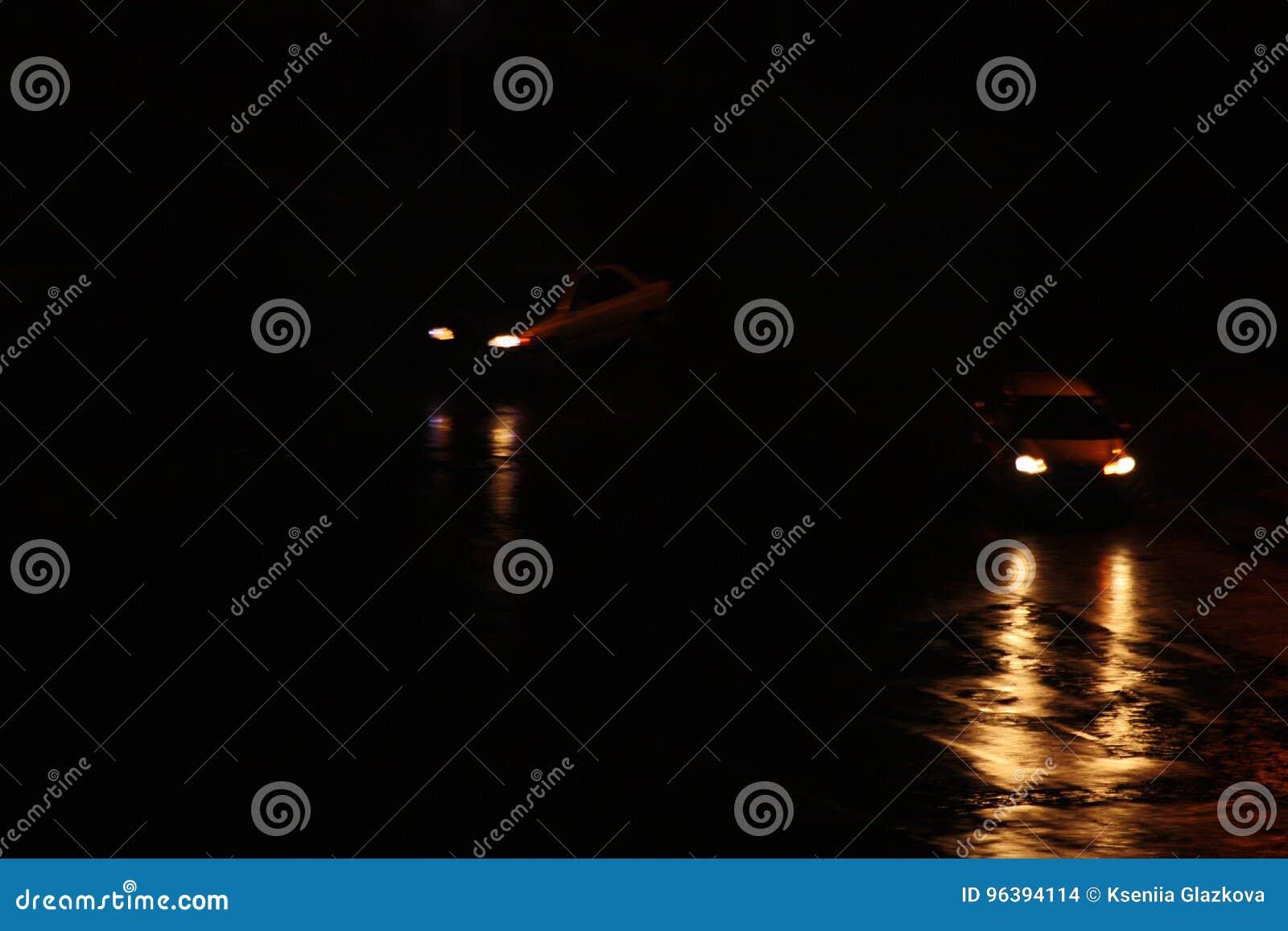 Begrepp av fara på vägen Jaga flera bilar