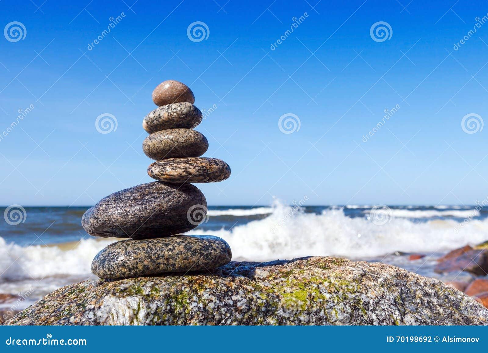 Begrepp av harmoni och jämvikt Vagga zenen på en bakgrund av en su