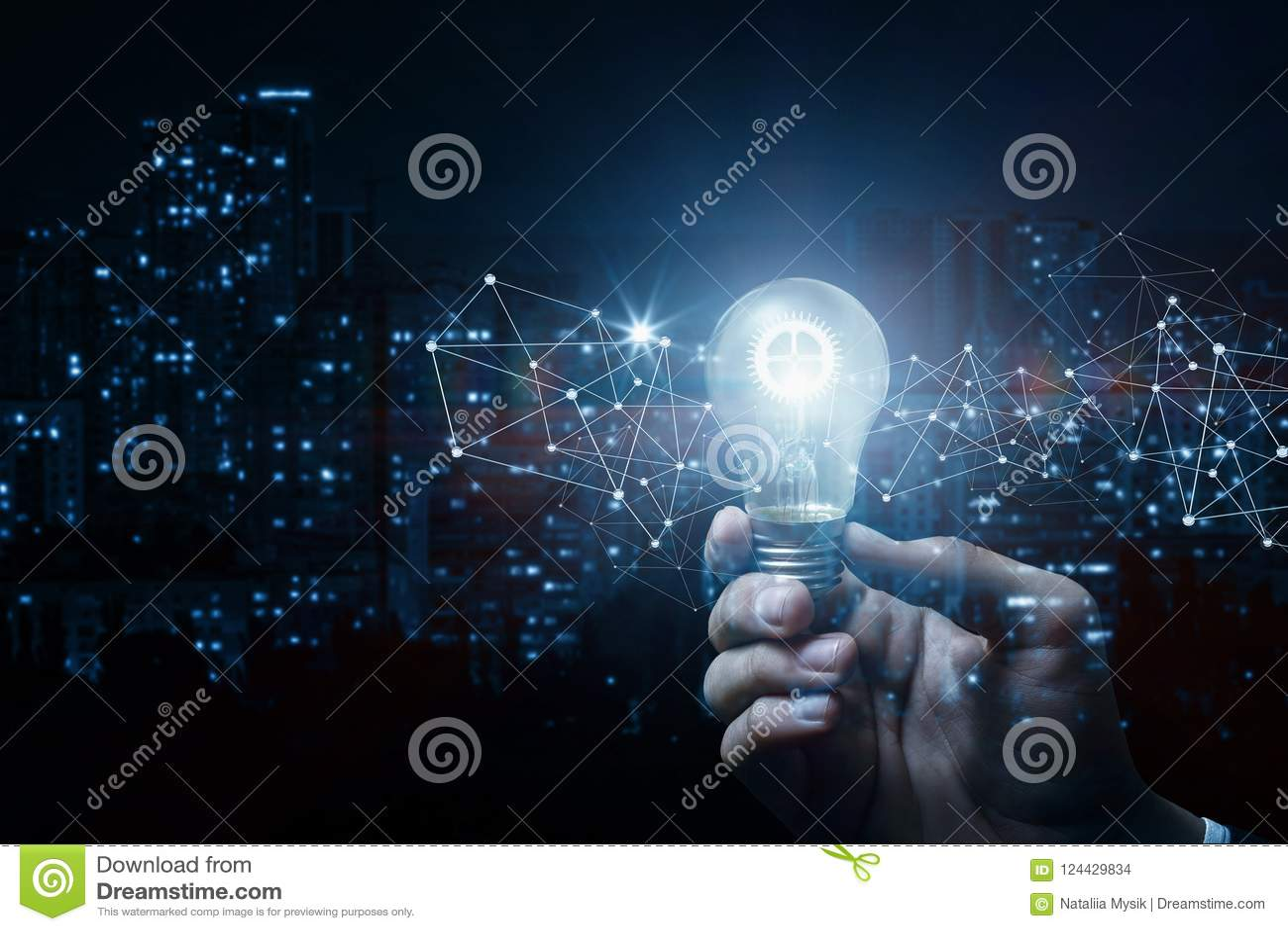 Begrepp av idén och innovation Hand med ett brinnande kugghjul