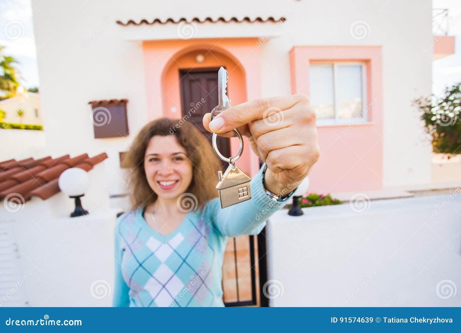 Begrepp av inflyttningsfest, fastighet, egenskap och flyttning - ny hem- ägare med tangent