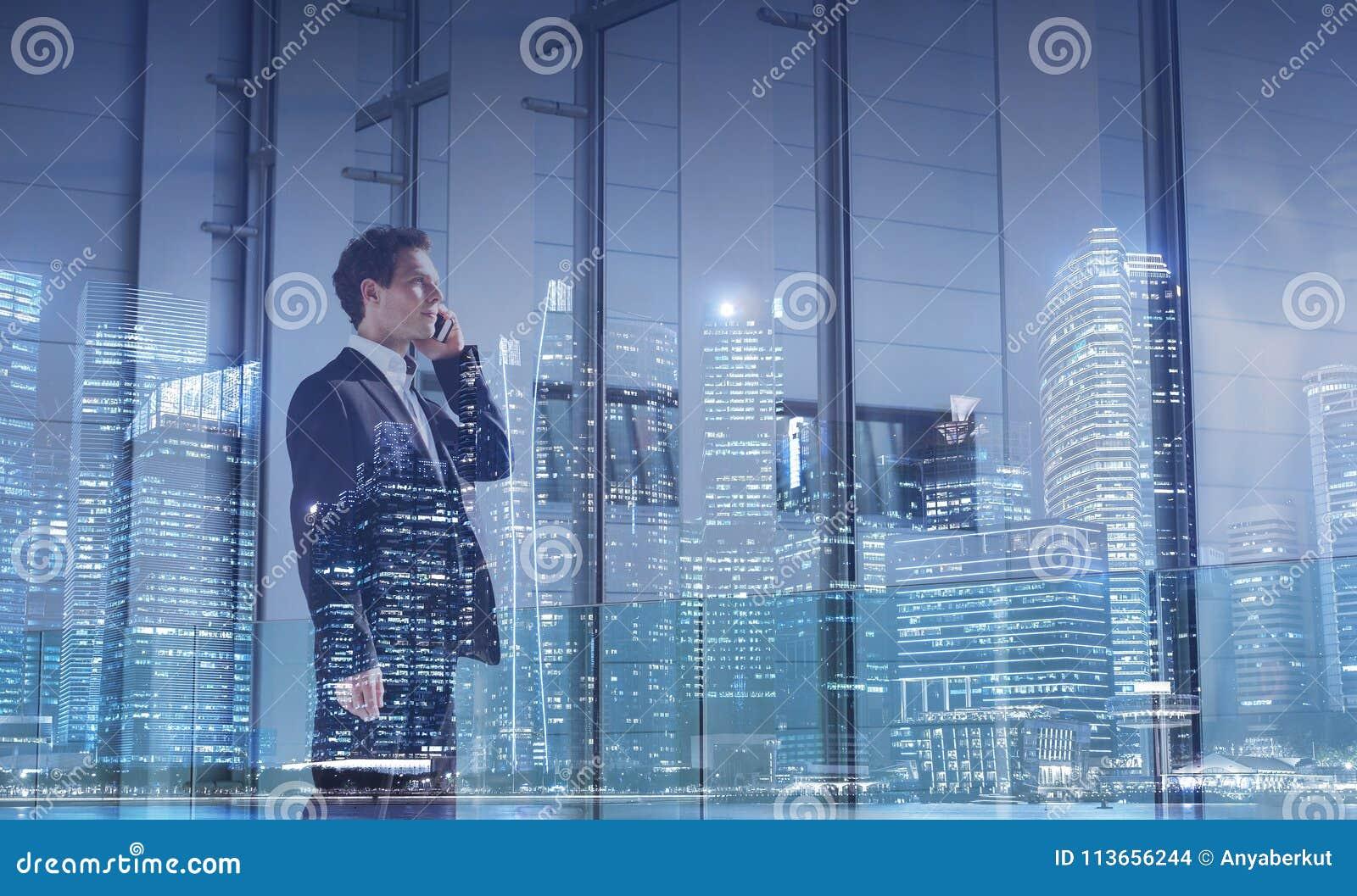 Begrepp för affärskommunikation, karriärtillfälle, affärsman som stannar till telefonen