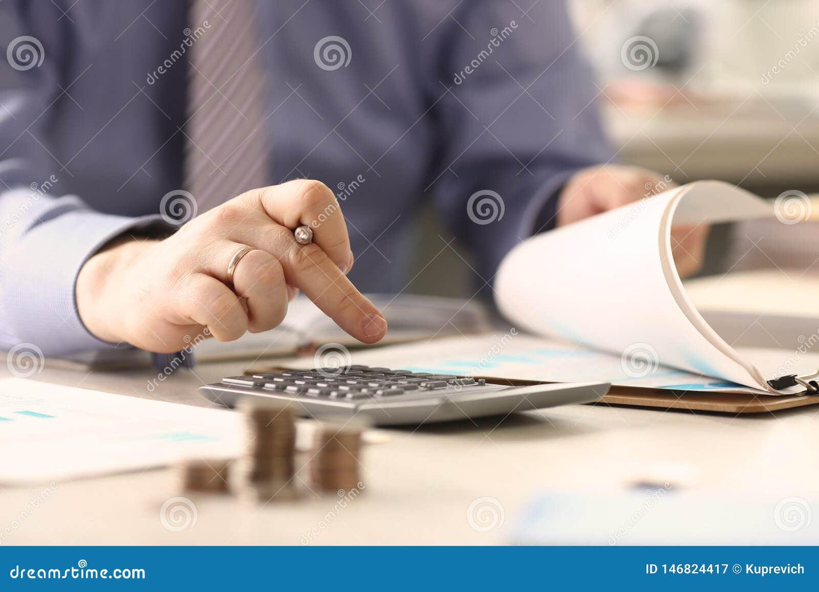 Begrepp för affärsmanCalculate Funds Tax rapport